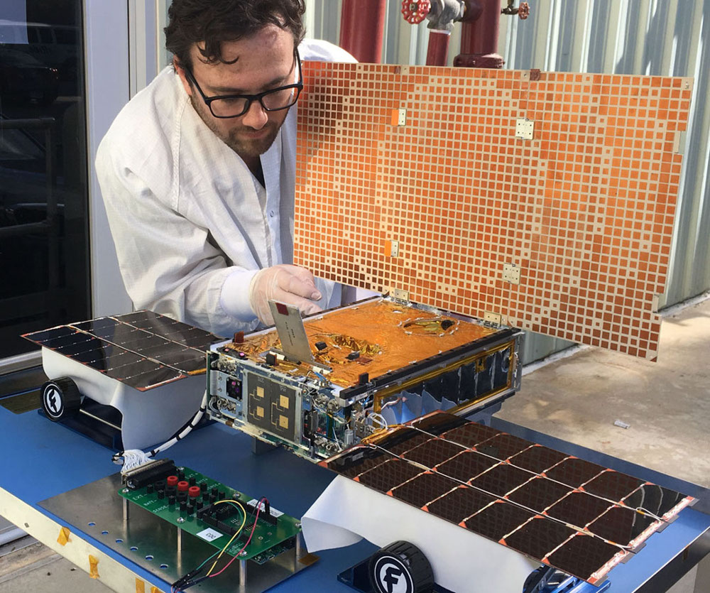 CubeSats that confirmed Mars Insight landing feature embedded Linux COM